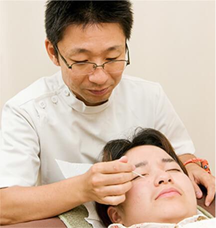 眼科治療に特化した鍼灸師による施術風景