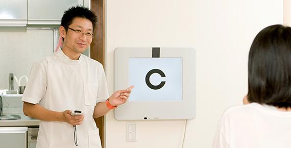 眼科鍼灸治療に特化した専門設備を利用した施術風景